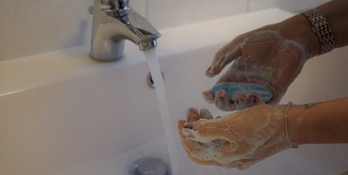 ¿Cómo lavarse las manos correctamente? Paso a paso 1